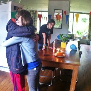 Welkom thuis met knuffels van broer en zus.